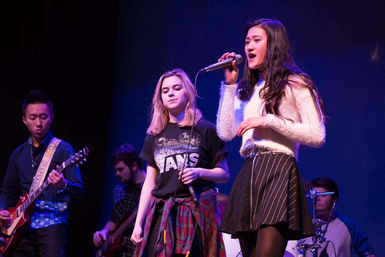 Dívka zpívá. Foxcroft Academy. MSM Academy