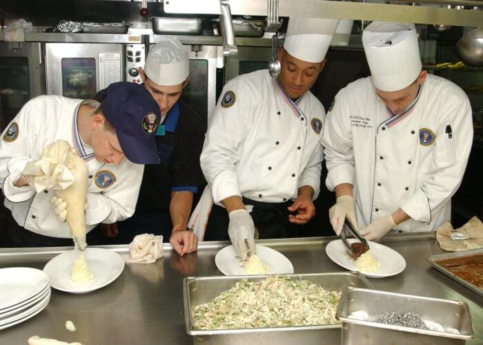 Kuchaři v kuchyni. Práce v zahraničí MSM Academy