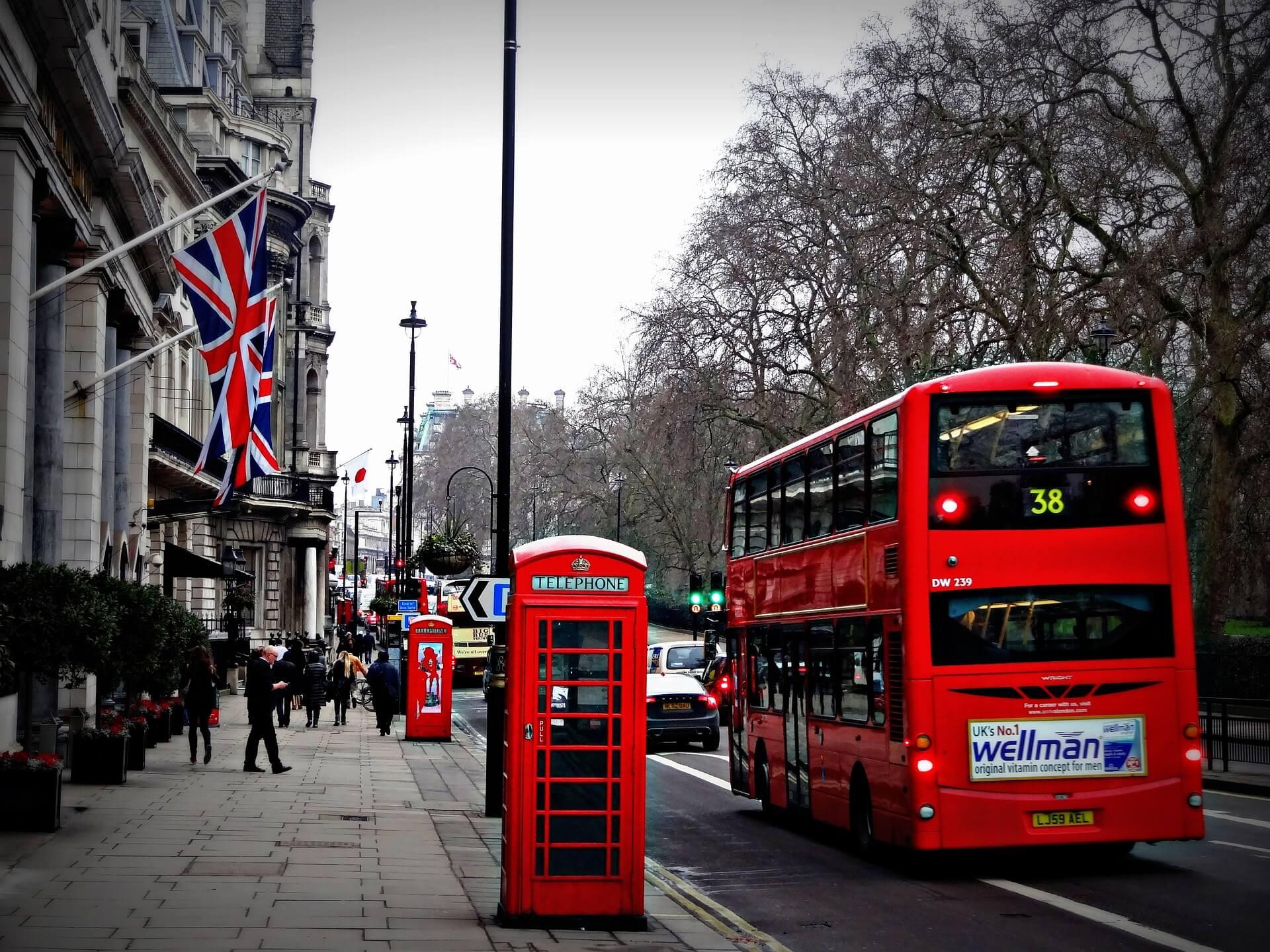 červený autobus v londýně - MSM Academy