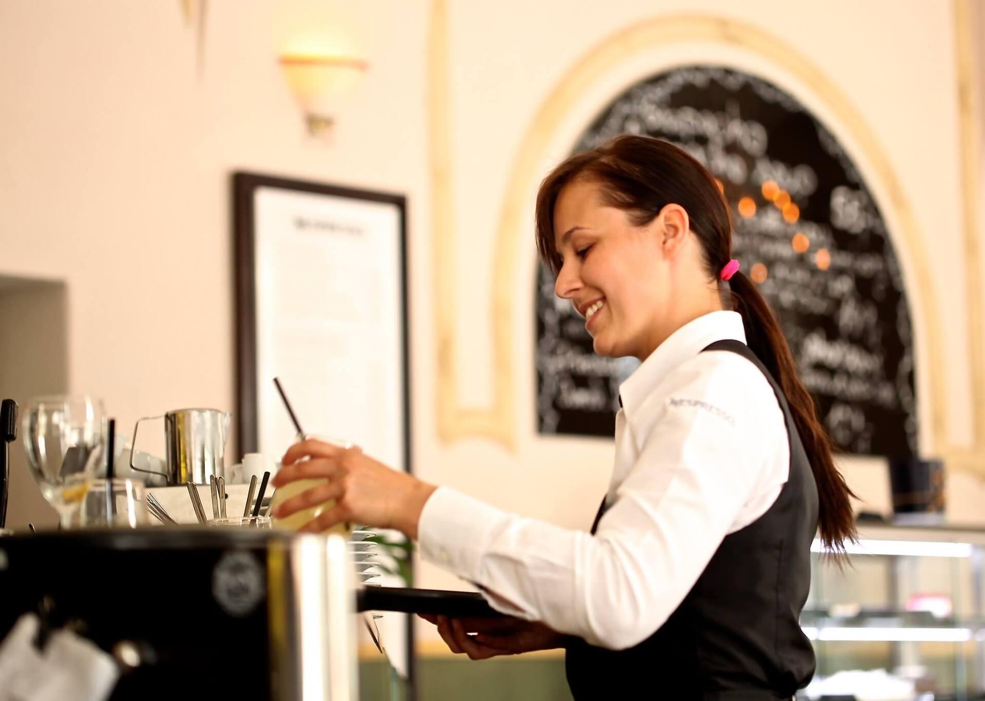 Práce v zahraničí Waitress MSM Academy